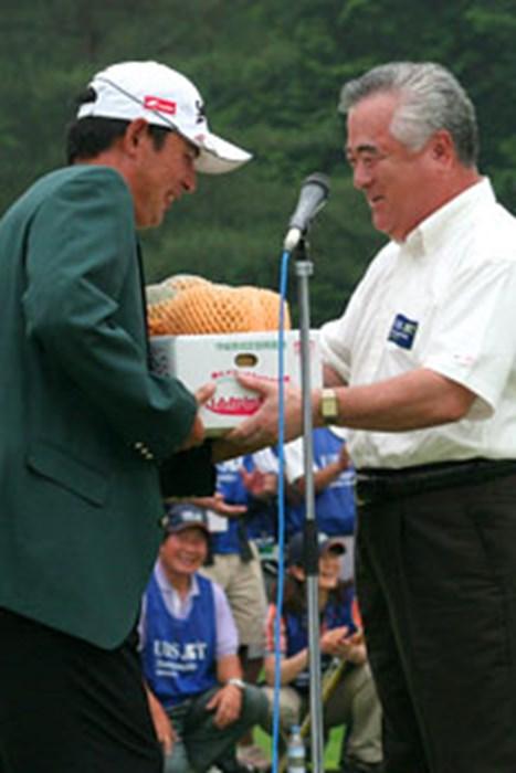 地元・茨城県から提供されたクインシーメロン100箱の副賞を県知事から受け取る高橋竜彦 2006年 プレーヤーズラウンジ 高橋竜彦
