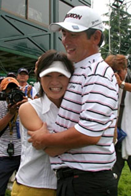 ツアー2勝目を果たした高橋の応援に駆けつけた妻の葉月さん