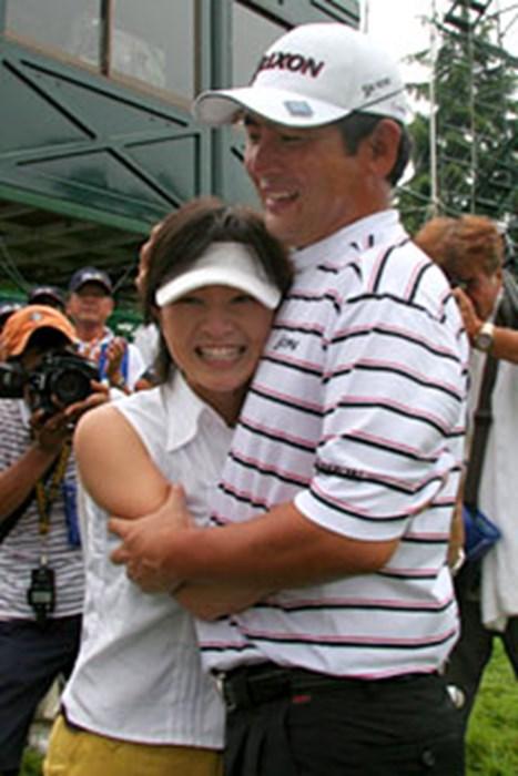 ツアー2勝目を果たした高橋の応援に駆けつけた妻の葉月さん 2006年 プレーヤーズラウンジ 高橋竜彦