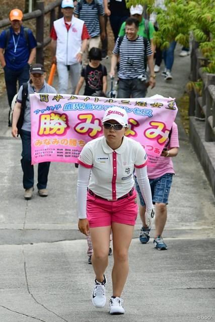 9番ティに向かうみなみちゃんを横断幕が後押し!