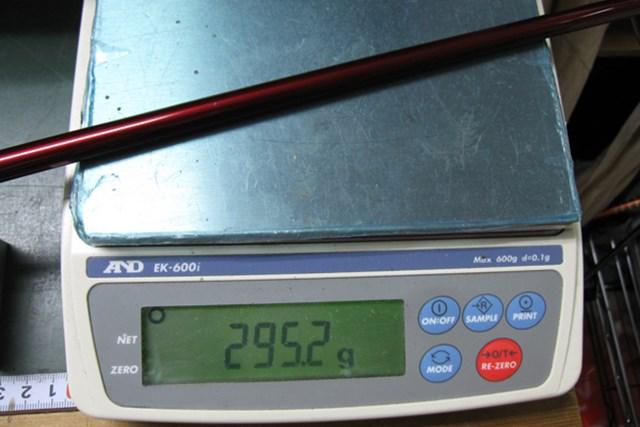 試打インプレッション テーラーメイド R9MAX ドライバー TYPE E NO.4 フレックスRの総重量は295gと軽く、振り抜きやすさを追求したドライバーだ