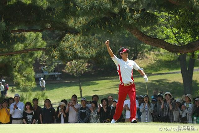 2010年 中日クラウンズ 最終日 石川遼 グリーン左奥のラフから15ヤードをSWでチップイン!「ターニングポイント」の1打となった