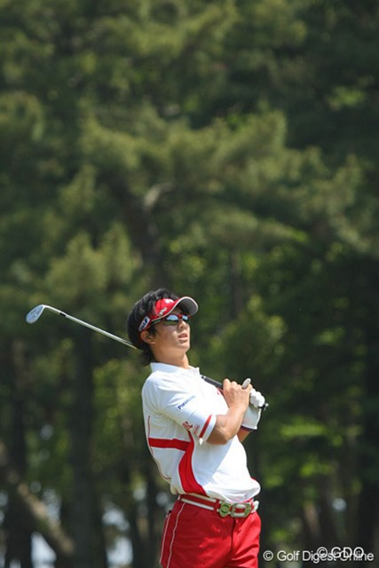 2010年 中日クラウンズ 最終日 石川遼 右ラフからの第2打はややミスショットでグリーンオーバー