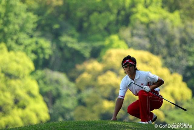 2010年 中日クラウンズ 最終日 石川遼 2Iで第2打を放った石川は不安そうに球の行方を見守る