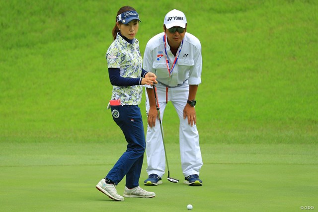 2018年 ヨネックスレディスゴルフトーナメント 初日 木村彩子&表広樹さん 表純子の夫でエースキャディの広樹さんと初タッグ。木村彩子が7位発進を決めた