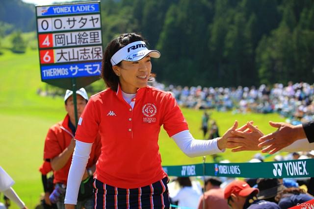 2018年 ヨネックスレディスゴルフトーナメント 2日目 大山志保 単独首位でホールアウト。ギャラリーとハイタッチ