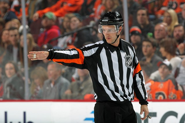 NHLの審判を務めるランク。ゴルフではカナダのミッドアマ選手権を3度制している(Len RedkolesNHLI via Getty Images)