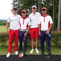 プレー後に記念撮影。交流を深めた 2018年 トヨタ ジュニアゴルフワールドカップSupported by JAL 最終日 (左から)ニコライ・ホイゲアード(デンマーク)、小寺 大佑、ラスムス ホイゲアード(デンマーク)、久常 涼