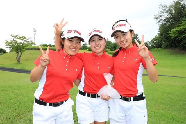 古江彩佳、西村優菜、安田祐香(写真左から)が後続に10打差をつける圧勝で3年ぶりの優勝を果たした。