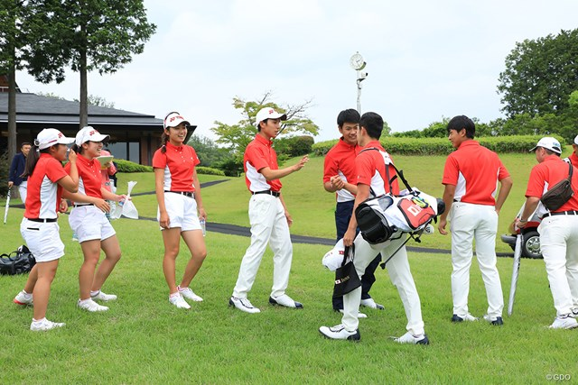 仲良しの日本代表チームはホールアウト後ガッチリと握手