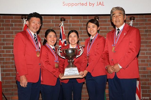 団体戦女子優勝の仲良し3人娘と角谷コーチ(左)、橋田キャプテン(右)