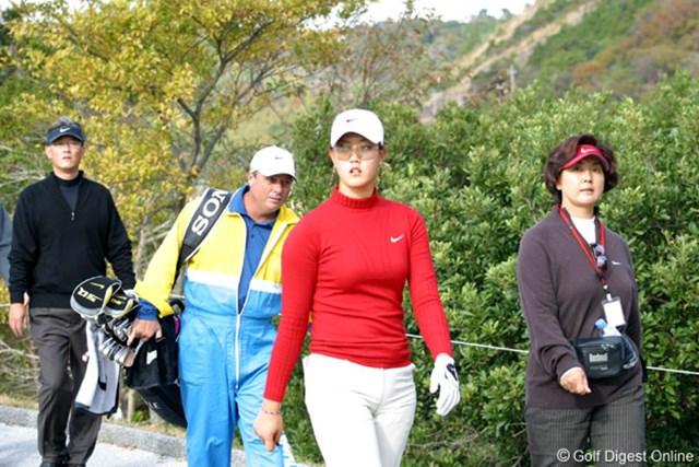 2006年 カシオワールドオープンゴルフトーナメント 3日目 ミッシェル・ウィ 16番で隣の15番ラフに打ち込んだM.ウィ