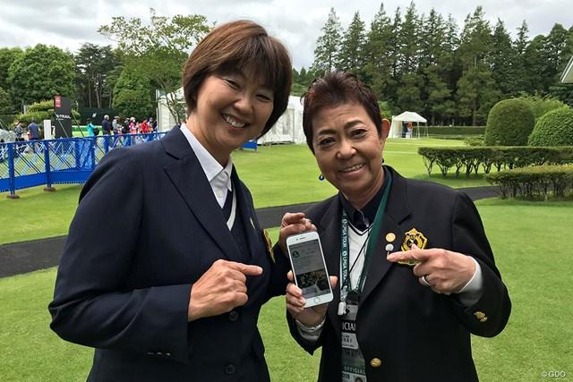 オフィシャルアカウントをPRするLPGAの小林浩美会長(左)と鈴木美重子専務理事