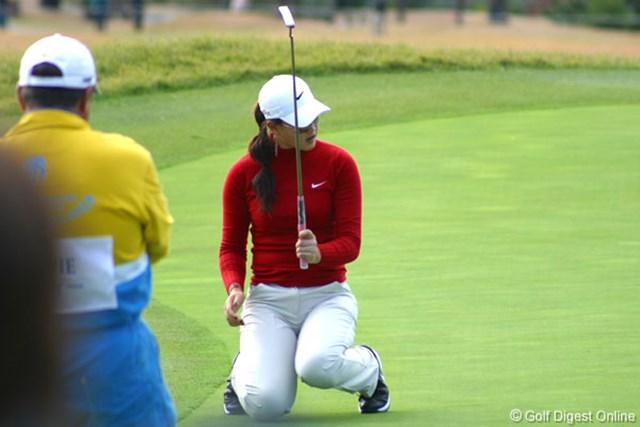 2006年 カシオワールドオープンゴルフトーナメント 2日目 ミッシェル・ウィ 9番バーディパットは惜しくも入らず、思わずひざを崩すミッシェル・ウィ