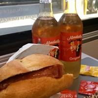 オーストリアの駅の売店で買えるランチ。電車の中ではずっとコレを食べてました 2018年 レバーケーゼセンメルとアルムドゥードラ