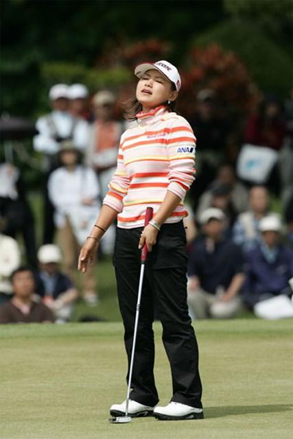 2006年 ダイキンオーキッドレディスゴルフトーナメント 最終日 横峯さくら カップに蹴られ天を仰ぐ横峯さくら