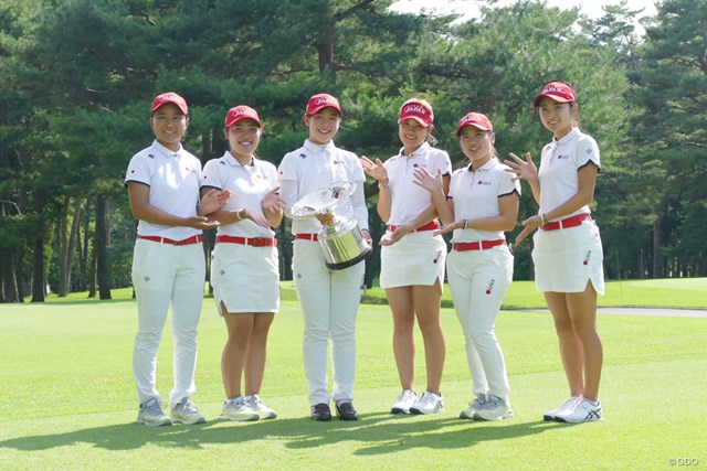 優勝した吉田優利とナショナルチームのメンバーたち