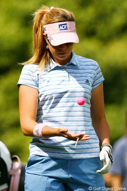2006年 サロンパスワールドレディスゴルフトーナメント 3日目 ポーラ・クリーマー ピンクのカラーボールを使用したP.クリーマー。バーディを取るたびにチャリティーされる