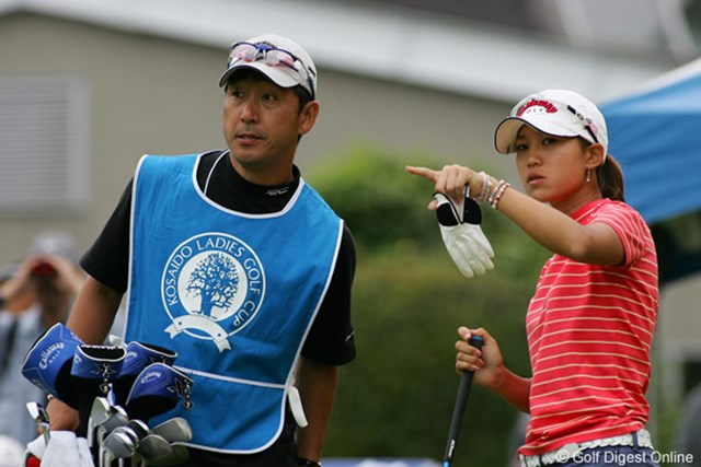 初優勝を目指す上田桃子(右)とキャディも務めるコーチの江連忠