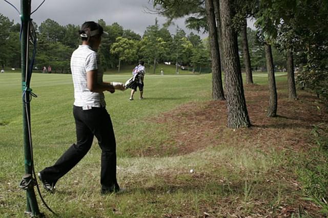2006年 We Love KOBEサントリーレディスオープンゴルフトーナメント 2日目 若林舞衣子 18番のティショットは右へ。「誕生日だから、お願い!」若林の願いは通じ、OBは免れた