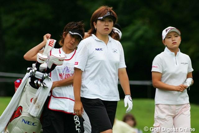 同組でラウンドし飛距離対決をした福嶋晃子(左)と横峯さくら(右)