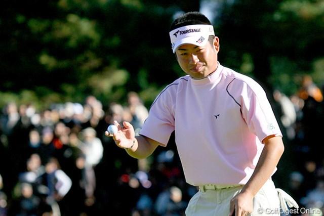 2009年 ゴルフ日本シリーズJTカップ 2日目 池田勇太 終盤にようやく流れを掴み、笑顔で最終ホールを終えた池田勇太