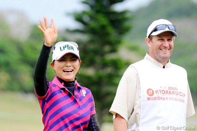 2009年 京楽日韓女子ゴルフ 初日 横峯さくら 日本チームの応援に笑顔で応える横峯さくら。次は勝った笑顔を見てみたい!