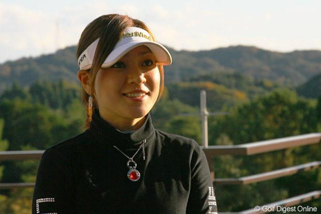 2010年のツアー出場資格を獲得し笑顔でインタビューに応える竹村真琴