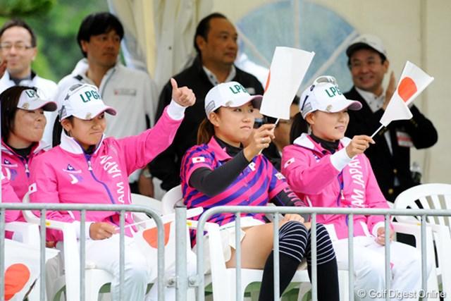 日韓対抗戦 日本チーム応援団席。2勝10敗では、盛り上がる訳にはいかんわなァ・・・。藍ちゃんのサム・アップがアメリカンでナイスでしたが・・・。