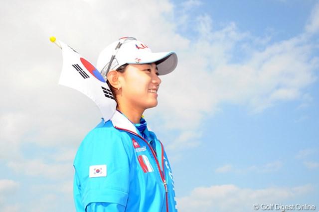 韓国国旗をキャップに刺しておどけるナヨンちゃん。こ、これもカワユ過ぎる・・・