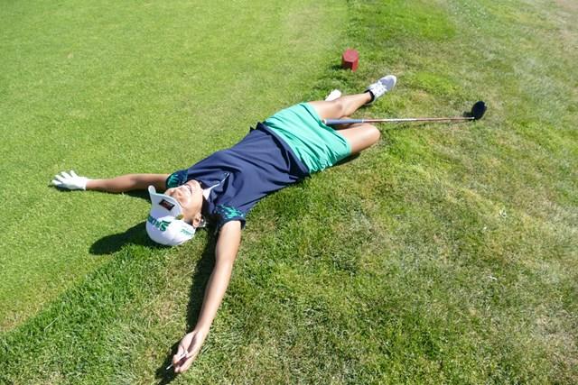 24時間のプレーを終えて、おもわず地面に寝っ転がる中山三奈