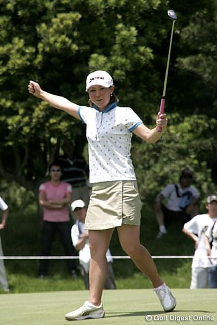 2006年 スタンレーレディスゴルフトーナメント 2日目 古閑美保 この日「パットの調子が良かった」という古閑美保。12番でバーディを決め、派手に喜ぶ