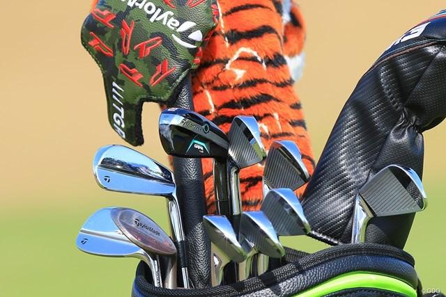 タイガーのバッグに収められた未発売のテーラーメイドGAPR(左から5本目)