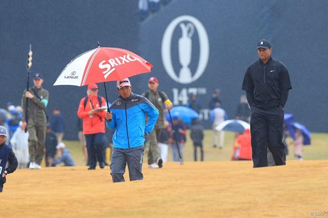 雨に打たれながら2日目をスタートした松山とウッズ