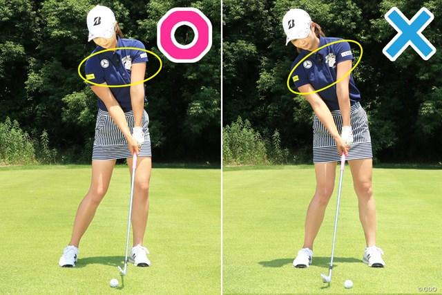上体が開くと左肩はアドレス時より上がってしまう(右×)