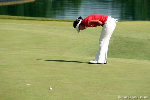 2006年 ミヤギテレビ杯ダンロップ女子オープンゴルフトーナメント 最終日 大山志保 15番でパーパットを外し悔しがる大山志保。4連続ボギーを叩き宮里を追い詰めることはできなかった