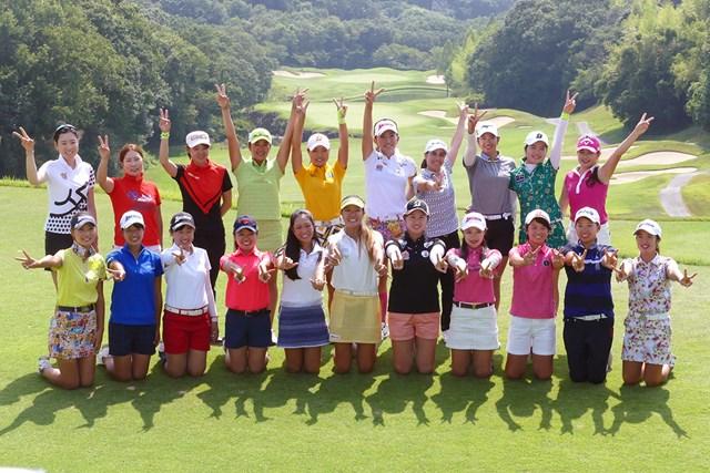 国内女子ツアー プロテスト 最終日 合格者 プロテストに合格した21人の満面の笑み