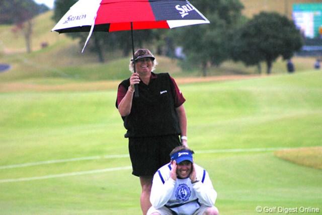 2006年 伊藤園レディスゴルフトーナメント 2日目 ローラ・デービース スコアを崩し20位タイまで後退したローラ・デービース。この日はキャディと笑いあう場面ばかり目立った