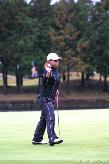2006年 伊藤園レディスゴルフトーナメント 2日目 馬場ゆかり 雨が降り空も暗いのだが、馬場ゆかりはラウンド中一度もサングラスを外すことがなかった