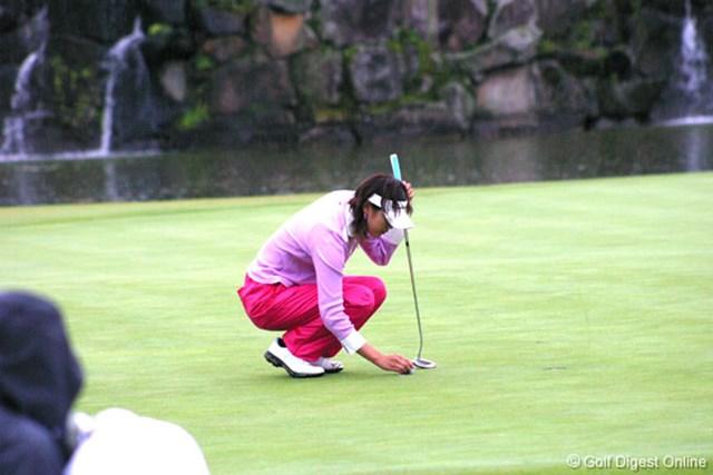 2006年 伊藤園レディスゴルフトーナメント 2日目 日下部智子 6アンダーまで伸ばしていた日下部智子だが、最終18番は1メートルのパーパットを外し5アンダーに後退した