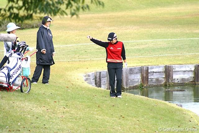 2006年 伊藤園レディスゴルフトーナメント 最終日 辛ヒョンジュ 7番パー3で池に入れドロップする辛ヒョンジュ。このホールダボとするが最後まで諦めなかった