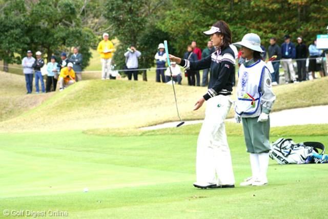2006年 伊藤園レディスゴルフトーナメント 最終日 日下部智子 3番ホールでカラーから10メートルのバーディパットを決めた日下部智子。17番のトリプルボギーが悔やまれる