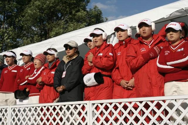 2006年 日韓女子プロゴルフ対抗戦 初日 韓国チーム 仲間のプレーを心配そうに見つめる韓国チーム