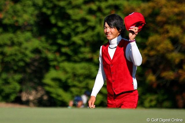 大歓声に応えつつ、18番グリーンに上がる若き賞金王の石川遼