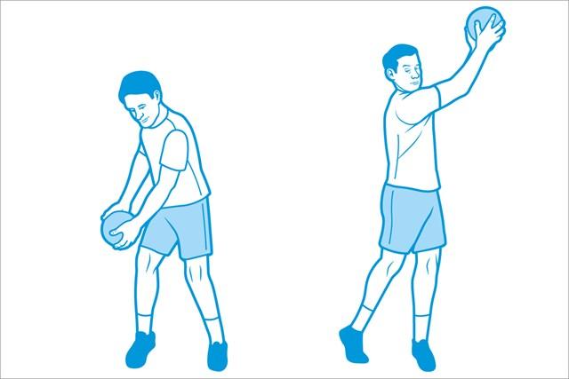 軽めのメディシンボールかダンベルを使い、ボールの動く方向に体重移動する(DETWILER TODD/米ゴルフダイジェスト誌)
