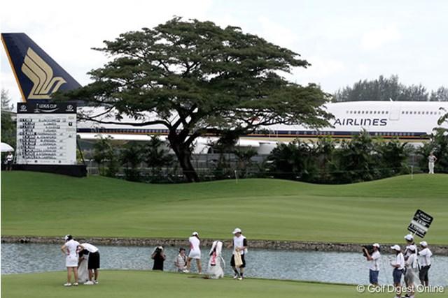 2006年 レクサスカップ 初日 コースのすぐ隣がチャンギ国際空港。ひっきりなしに飛行機が離着陸する。