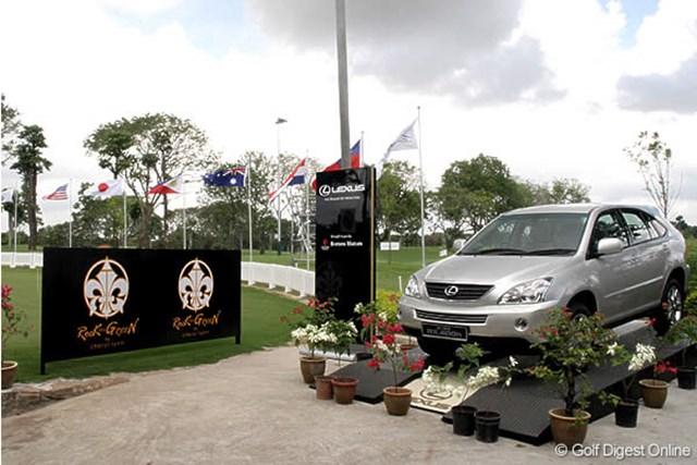 コース内には主催のレクサス社のクルマが展示されている