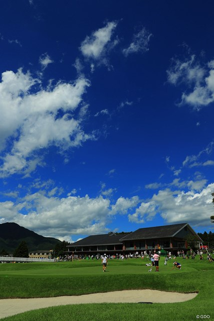 2018年 CATレディース 初日 9番ホール 山の上の空は空気が澄んでます。