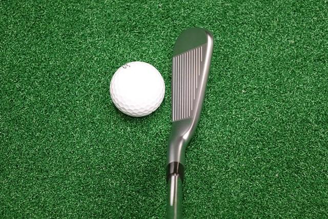 コンパクトなヘッド形状でアスリートゴルファーが違和感なく構えられる