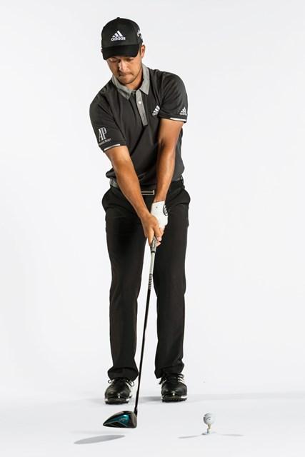 両足を閉じ、体とクラブが通常のアドレスよりもかなり後方にある状態から始める(Dom Furore/米ゴルフダイジェスト誌)